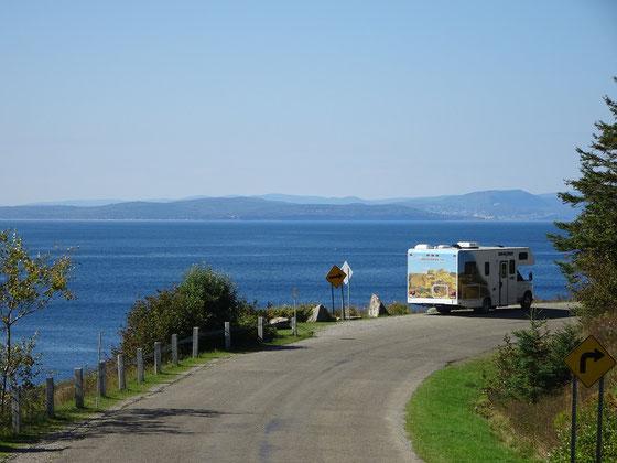 Urlaub in Quebec: Schnappschuss mit Wohnmobil aus dem Forillon Nationalpark. Nahe der Anse aux Amérindiens hat man einen schönen  Blick über den Sankt-Lorenz-Golf Richtung Gaspé.