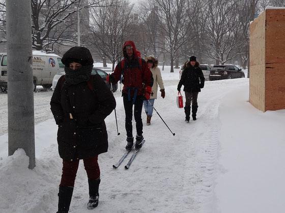 Auf Skiern zur Arbeit: Auch das gibt es in der Innenstadt von Toronto.