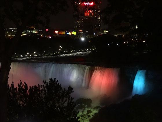 Sehenswert in Niagara Falls: Die kanadischen Fälle werden nachts angeleuchtet.