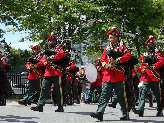"""Canada Day in Halifax: Dudelsäcke dürfen bei einem Feiertag in """"Neu-Schottland"""" (!) natürlich nicht fehlen. Bei der internationalen Parade sind Marschkapellen aus aller Welt dabei, hier zum Beispiel eine aus Oman."""