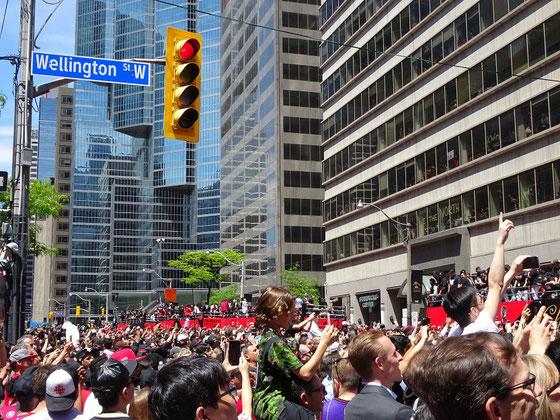 Toronto Raptors 2019: Ein riesige Menschenmenge feiert die Spieler und Offiziellen des frischgebackenen NBA-Titelträgers.