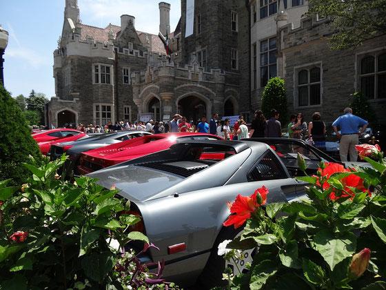 Zahlreiche Ferraris parken vor der Casa Loma in Toronto.