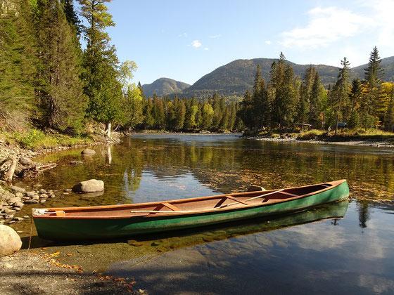 Viel kanadischer geht es kaum: Kanu am Riviére Sainte-Anne im herbstlichen Parc national de la Gaspésie.
