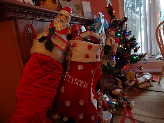 Zu Weihnachten hängen die Socken am Kamin.
