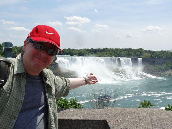 Niagara Falls: Suchbild mit Maid of the Mist sowie den Fällen und der Besucherplattform auf der amerikanischen Seite.
