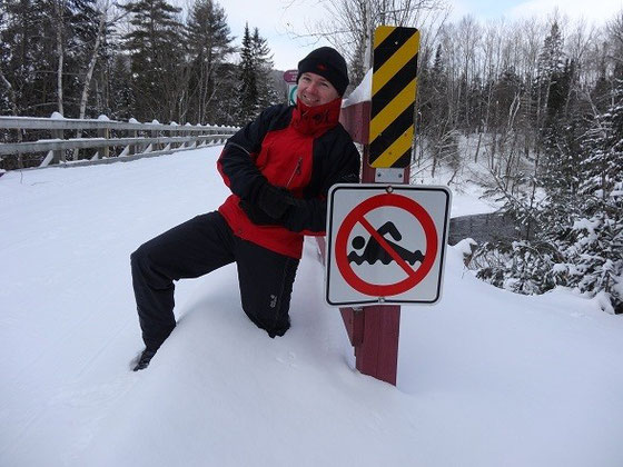 Winter in Quebec: Warnschild in Mont Tremblant.