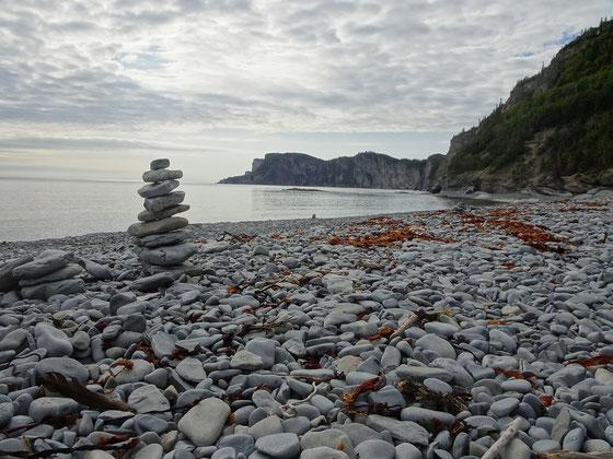 Urlaub in Quebec: Spaziergang am steinigen Strand bei Cap-Bon-Ami im Forillon Nationalpark.