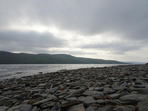 Urlaub in Quebec: Bewölkter Nachmittag am steinigen Ufer des Lac Temiscouata.