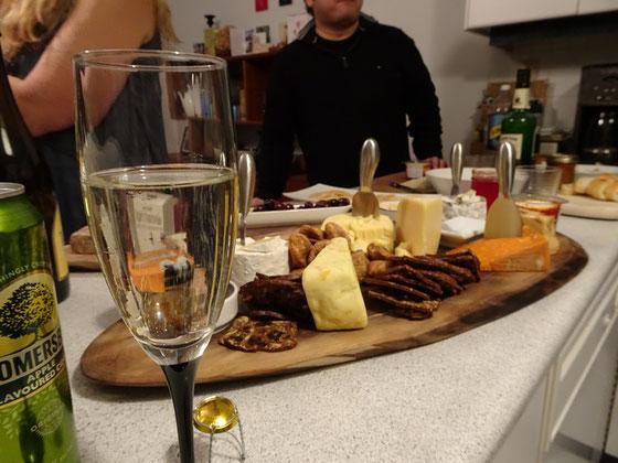 Sekt-Glas und Käseplatte auf einer Silvester-Feier in Toronto.