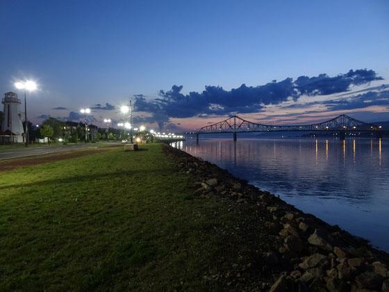 Urlaub in New Brunswick: Abendstimmung an der Chaleur-Bucht, in die nahe Campbellton der Restigouche River mündet. Im Hintergrund die Brücke nach Quebec.