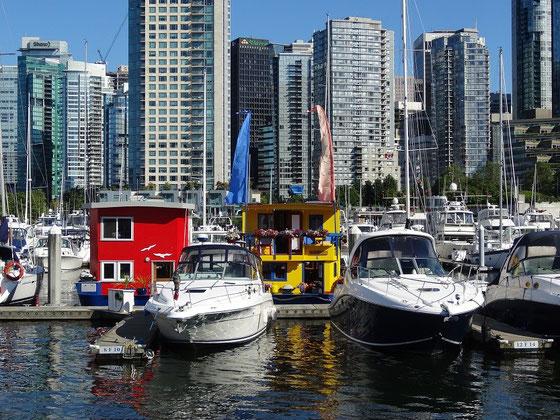 Blick auf einen Hafen in der Innenstadt von Vancouver. Die Hausboote geben einen netten Farbtupfer.