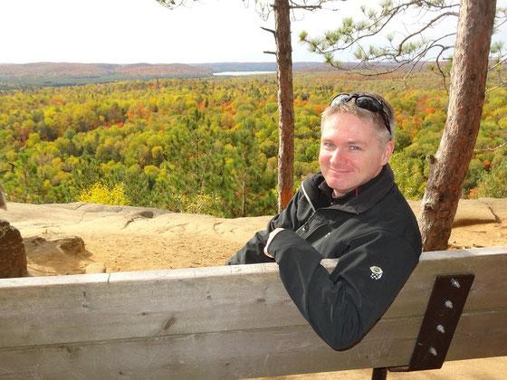 Fall Colors (Indian Summer) im Algonquin Provincial Park: Herbstliches Selfie mit Blick auf Ontarios endlose Wälder.