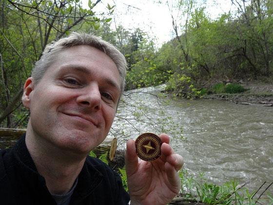 Geocaching in Kanada: Stolz wie Oskar mit kanadischer Geocaching Coin.