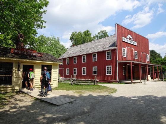 Black Creek Pioneer Village in Toronto: Besucher werfen einen Blick in die Schusterei.