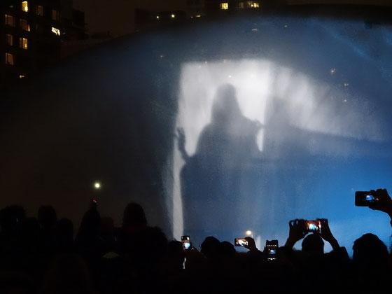 """Nuit Blanche 2016 in Toronto: Für die Installation """"Ocean"""" wurden am Rathaus Bilder auf einen Wasserfall projiziert."""