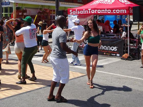 Beim Salsa-Fest in Toronto tanzen Profis und Laien buchstäblich auf der Strasse.