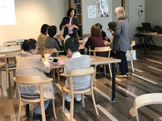 ☆写真は午後の受講風景。手前の生田美子さんが対応しているのは今回初めてお越し、iPhone購入にご希望。