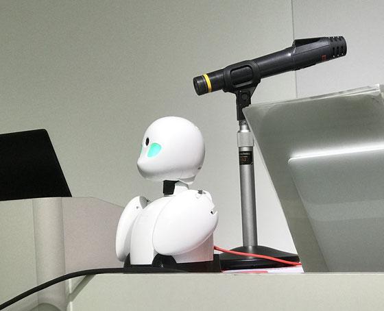 ☆分身ロボット 「OriHime」 がマイクのそばに。