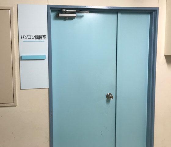 ☆試験会場は小学校の廃校のリサイクル。3階建てのエレベーターのある立派な施設。