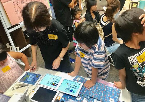 ☆子どもの理解力は素晴らしい。生田美子さんの説明をちゃんと理解して作品に仕上げる。シニアはこうはいかない。子供の倍は時間がかかる。11名の印刷を終えて約50分のiPadシールづくりは無事終了。