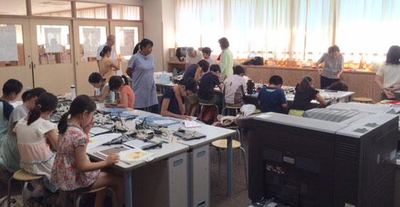 ☆京西小のパソコンルーム。左隣は図書室。