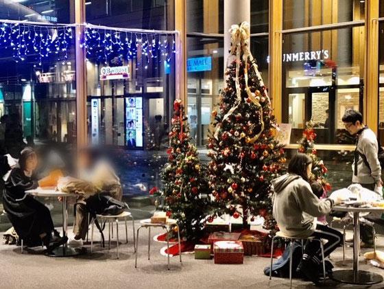 ☆ごめんなさい。本文とは無関係です。今年も利用させていただいた武蔵小金井駅南口ロータリの小金井宮地楽器ホール(小金井市民交流センター)1階のクリスマスの飾りつけ。