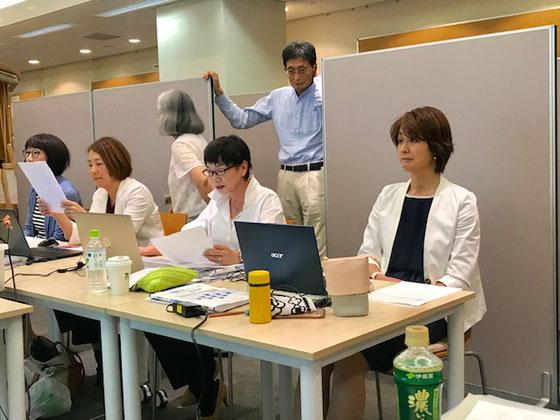 ☆実技試験。終了まじか見直しタイム。後ろの男性は立ち合い試験官生部圭助様。