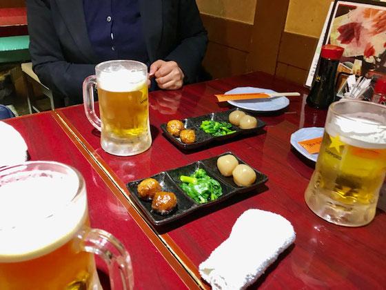 ☆打合せが終わって加賀社長さん、生田美子さんと近くの行きつけの「次男坊魚や」で飲み会。お通しが出たところで乾杯! 平素の習慣でついつい加賀社長さんのお顔をかくしています。どうもいけません。