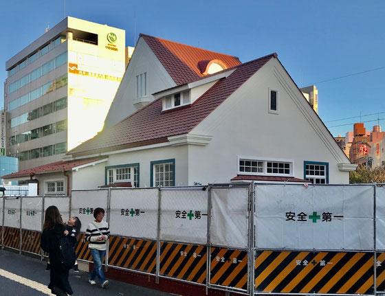 ☆赤い三角屋根の駅舎の裏側から見た写真。外構周りの整備中。オープンは4月とか・・・。