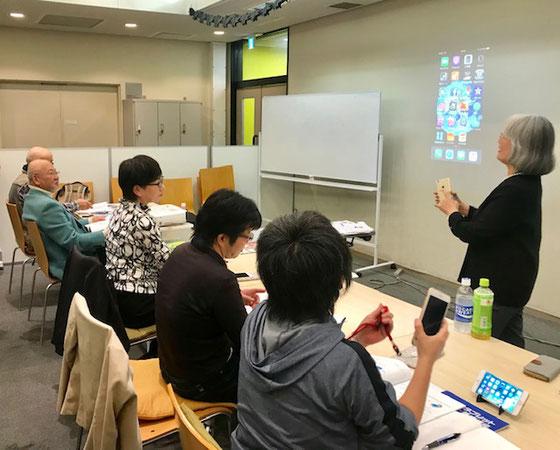 ☆山根の1時間ほどの講座の後は、佐藤弥子さんのアプリ編。手前の後姿は小島雅子さん。