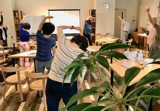 ☆ラジオ体操第一を中島雅子さんの音頭で。反省会では立ってやると転ぶ危険あり、次回から座ってやります。