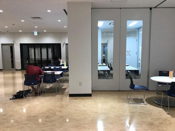 ☆2階の公民館のフリースペース。正面はITルーム。込んでいても「優先席」が2カ所あり。