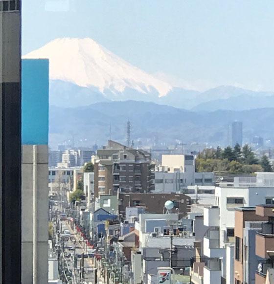 ☆NHKオープンスクールの入っているSEKIYAビル6階から見える富士山。珍しい。いつも雲に覆われて見えません。ズームで拡大。