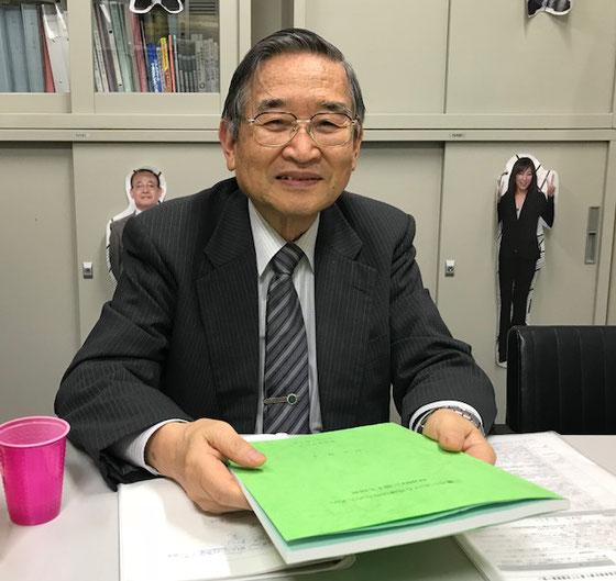 ☆前田隆正先生。グリーンの冊子は博士論文。