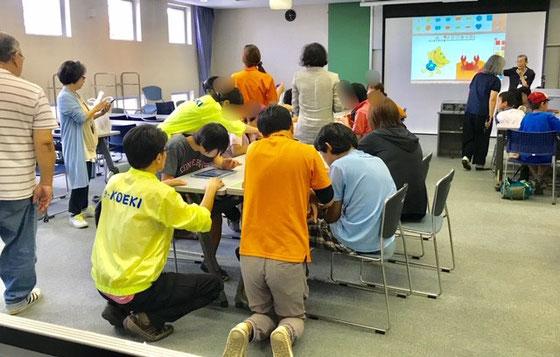 ☆ピッケの絵本in和光市中央公民館 9月17日左側の「島」二つは発達障碍児。オレンジは介護職員。前方右側は健常児。