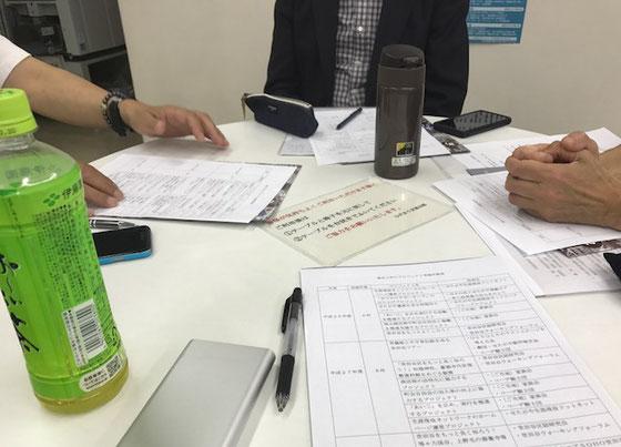 ☆会議はテーブル1卓を4名で囲んで。