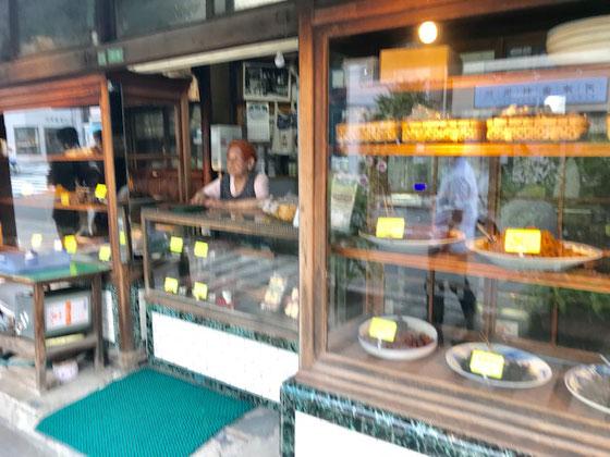 ☆JR日暮里駅から「夕焼けだんだん」に向かう途中に量り売りのつくだ煮やさん。