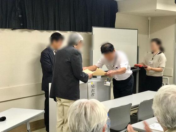 ☆臨時総会の席上「社会参加章」(内閣府)大臣表彰を受賞されたのは「世田谷環境学習会」さん。右側の男性は世田谷区生活文化部市民活動・生涯現役推進課長さん。後ろは係長さん。