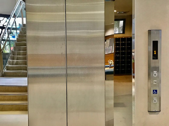 ☆シルバー大学の講習会場は立川市福祉会館2階。エレベーターがあり。重たいキャリーバックの上げ下ろしが無いので大助かり。左右の画面はステンレスの扉に映った反対側。