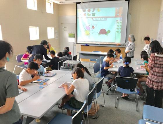 ☆佐藤弥子さん平素プログラミング(パソコンのスクラッチ)で子どもに接しているので慣れたもの。