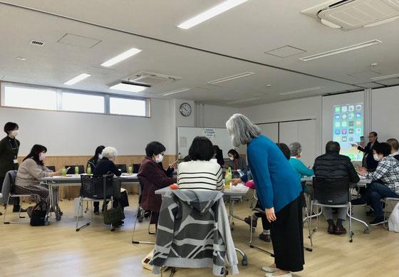 ☆A~Dの4人一組の「島(グループ)」を四つ。参加者11名職員3名。シニアSOHO世田谷は案内役生田美子さん、サブ佐藤弥子さん、大橋朋子さん、中島雅子さん&山根。