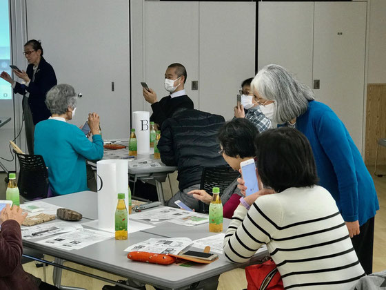 ☆奥の左側は案内役の生田美子さん。手前のテーブルはD組3名様。右側の女性は佐藤弥子さん。