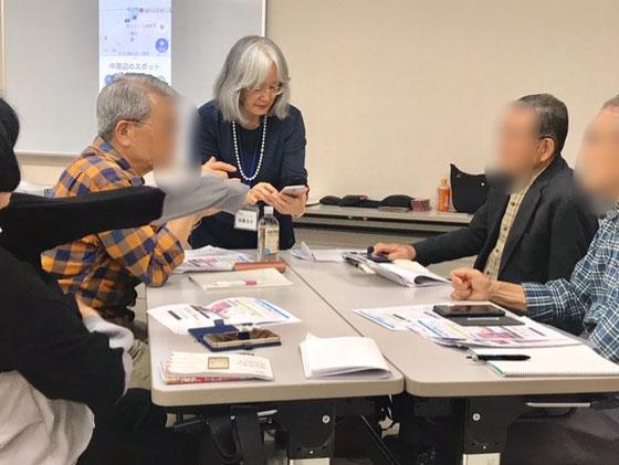 ☆午後の部はアンドロイドスマホ講座。三つの「島」を佐藤弥子さん一人で見ています。ご持参の機種はバラバラ。お一人お一人の面倒を見ています。