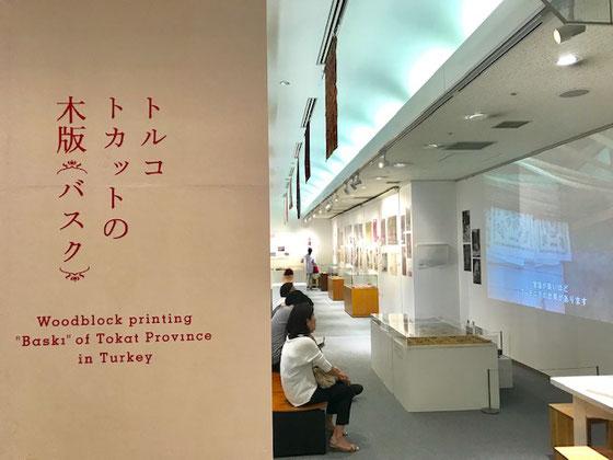 ☆生活工房に入口左側は展示会場。いつもちょっと変わった趣向の催しが。トルコ北部のトカット県で作られている木版プリント(バスク)。女性のスカーフの展覧会。ちょっと気分転換に。