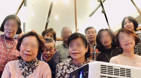 ☆記念撮影。後列真ん中の男性がご見学のM様。iPhoneの5秒の自動シャッターで。
