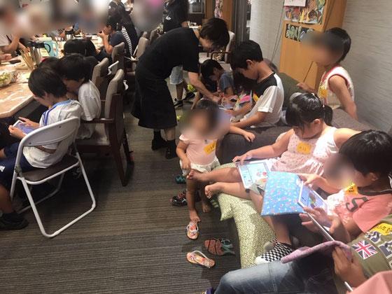 ☆当初は生田さんと山根の二人。当日夕方開始前に大橋朋子さんがご両親の介護の隙間を縫って応援に。感謝。iPadは膝の上。机のない場所ではやり難い。iPadをテレビモニターにつないで説明。