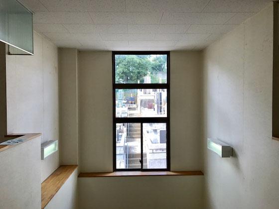 ☆公民館の二階の窓越しにお墓が見えます。