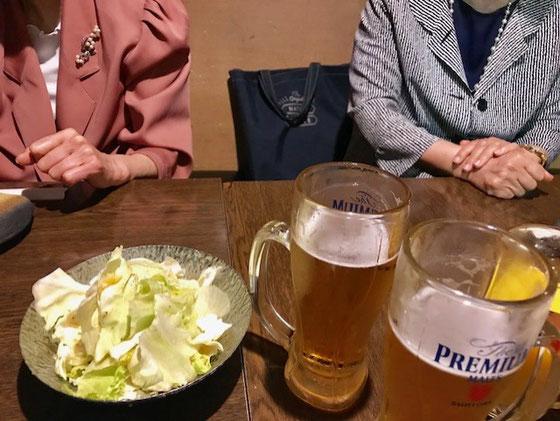 ☆まず生ビールでお疲れ様の乾杯。お通しはキャベツ。