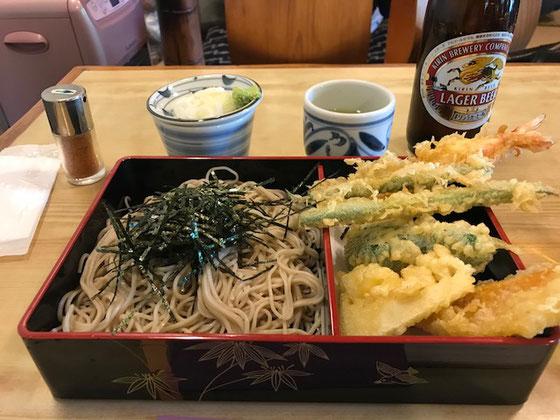 ☆待つことしばし。すこし奮発して天ぷらそば&ビール。気のせいかいつものスパーのそばとは違います。値段だけのとことはあります。