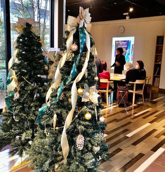 ☆ホームクレール世田谷中町のコミュニティーサロンの入口に飾り付けてあるクリスマスツリー。鏡に映ってツリーが二つに見えます。